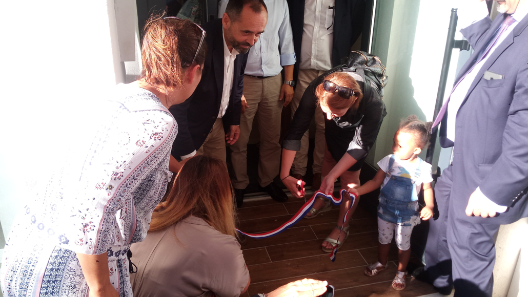 inauguration creche bulle de vie - enfants qui coupent le ruban officiel
